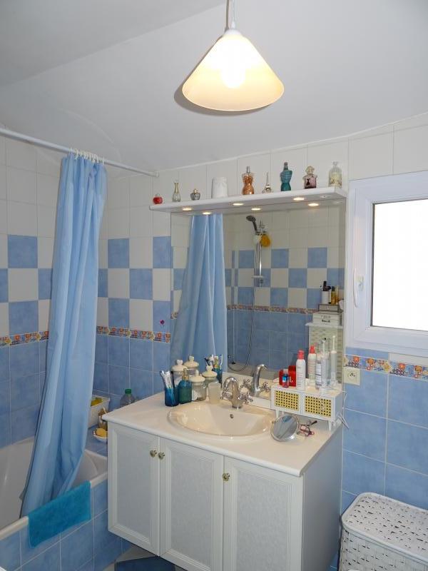 Salle de bain avec fenêtre.